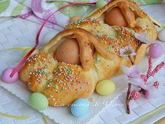 treccia dolce di Pasqua ricetta dolce per Pasqua,pasquetta con le uova messe sopra come decorazione e confettini colorati.Facile da fare impasto senza burro