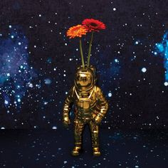 Let this cosmic astronaut vase conquer your home with style. Designed with the cosmos in mind, this vase replicates an astronaut down to every detail. Bar Fancy, England Houses, Interior Design Process, Decoration Originale, Porcelain Vase, Stargazing, Flower Vases, Contemporary Style, Cosmic
