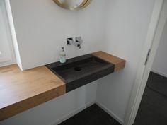 Waschtischkonsole nach Maß in Eiche-Dekor mit flächenbündigem braunen Naturstein Waschtisch Bluestone