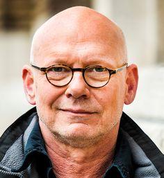 Sjoerd Pleijsier 15-01-1954 Nederlands acteur en tekstschrijver. Samen met Gerard Cox was hij schrijver van de tv-comedyserie Toen was geluk heel gewoon van de KRO.