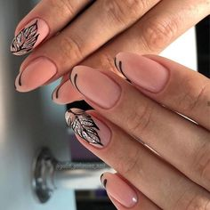 The advantage of the gel is that it allows you to enjoy your French manicure for a long time. There are four different ways to make a French manicure on gel nails. New Years Nail Designs, Nail Designs Spring, Acrylic Nail Shapes, Acrylic Nail Designs, New Year's Nails, Gel Nails, Toenails, Summer Nails Almond, Almond Nails Designs