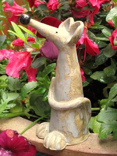 kleine Spitzmaus The Effective Pictures We Offer You About contemporary Garden Art A quality picture can tell you many things. Ceramics Projects, Clay Projects, Clay Crafts, Pottery Animals, Ornamental Plants, Ceramic Art, Garden Art, Flower Art, Sculpture Art
