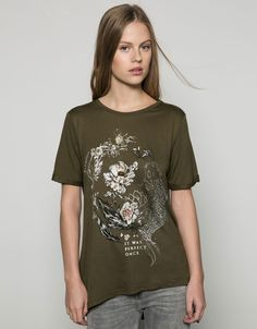 Camiseta viscosa asimétrica con estampado carpa - Estampadas - Bershka España