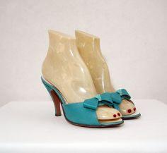 I don't know what's cuter, these shoes or the mannequin feet! (From voguevintage)