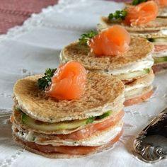 Mini gâteaux de crêpes de sarrasin au saumon fumé : 40 recettes pour un apéritif dînatoire d'automne - Journal des Femmes