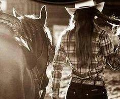 No ay nada mas bonito que ir con mi caballo Paloma a montar en esta noche tan bonita y fresca. Ah montar esta noche :)