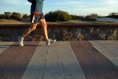 Pernas de um jovem homem correndo