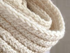 "Le point utilisé est appelé ""C Loom Knitting, Knitting Patterns, Crochet Patterns, Homemade Scarves, Crochet Diy, Diy Scarf, Knit Cowl, Beautiful Crochet, Wool Yarn"