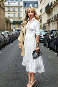 Couture Fashion Week Street Style - Paris Street Style // All white spring look with lightweight trench and clutch bag Couture Week, Style Couture, Couture Fashion, Parisienne Chic, Net Fashion, Fashion Looks, Fashion Fashion, Fashion Heels, Japan Fashion