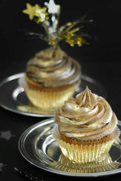 Golden Birthday Cupcakes : So luxurious! Gold on gold cupcakes Gold Cupcakes, Wedding Cupcakes, Champagne Cupcakes, Buttercream Cupcakes, Golden Birthday Parties, Birthday Treats, 50th Birthday Cupcakes, 21st Birthday, Birthday Celebration