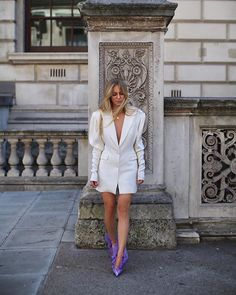 Fashion Dresses Trendy puff sleeved white coat dress with edgy purple heels. 80s Fashion, White Fashion, Fashion Week, Urban Fashion, Fashion Dresses, Fashion Tips, Fashion Brands, Looks Street Style, Street Style Edgy