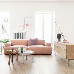 Deens interieur met zachtroze bank van het Deense merk Muuto. #danish #design