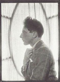 Man Ray no estúdio, por Jean Cocteau, 1925  Veja também: http://semioticas1.blogspot.com.br/2012/12/inventando-abstracao.html