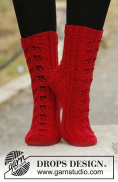 "Autumn Glow - Knitted DROPS socks with lace pattern in ""Fabel"". - Free pattern by DROPS Design Lace Knitting, Knitting Socks, Knitting Patterns Free, Crochet Lace, Free Pattern, Drops Design, Crochet Socks Pattern, Crochet Slippers, Magazine Drops"