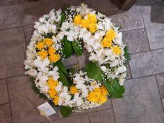 Krans med kvite orkidè og gule roser