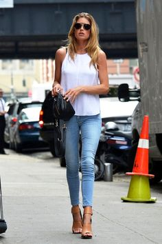 MODEL-OFF-DUTY: DOUTZEN KROES | SEXY SUMMER CASUAL - Le Fashion - Shoes by Céline sandals.