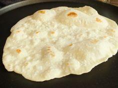 Il pane senza lievito né olio è buonissimo, sottile, adatto a tutti coloro che sono intolleranti al lievito e, soprattutto, un pane light facile e veloce