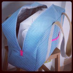 Un sac de machine à coudre... Très joli et pratique Je préfère le sac à la housse..