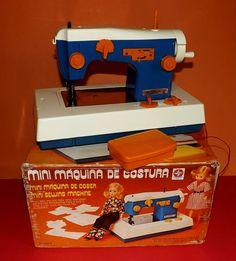 Essas eu fiquei só no sonho! Mini máquinas de costura, de bordar e de tricô da Estrela e da Glasslite. Você teve alguma delas? Funcionavam direitinho? Relembre todas elas além de mais de 800 brinquedos dos anos 80 e 90 no site www.voceselembra.com