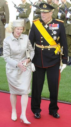 Wedding guests - King and Queen of Norway. Nothing says nurse, I mean, queen like white hose.