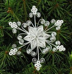 Quilling Snowflakes and Christmas Trees Board Paper Quilling Patterns, Quilling Paper Craft, Quilling Designs, Paper Crafts, Quilling Ideas, Quilling Christmas, Christmas Snowflakes, Noel Christmas, Christmas Ornaments