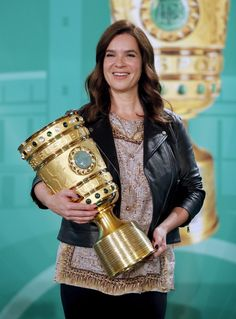 Katarina Witt Photos - Former figure skater Katarina Witt pose with the cup over prior to the DFB Cup Handover at Wappensaal of the Rote Rathaus on May 2017 in Berlin, Germany. Witt Katarina, Katharina Witt, Athletic Fashion, Athletic Style, Berlin Germany, Celebs, Celebrities, Ice Skating, Lady