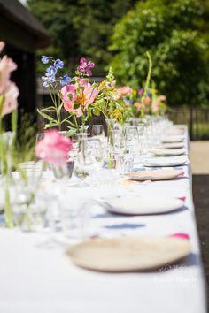 Heerlijk & Hecht gedekte tafel met veldbloemen foto Susan Noelle