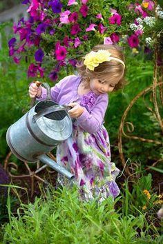 Little gardener via Ana Rosa Beautiful Gardens, Beautiful Flowers, Beautiful Pictures, Little People, Little Girls, Cute Kids, Cute Babies, Simple Pleasures, Beautiful Children
