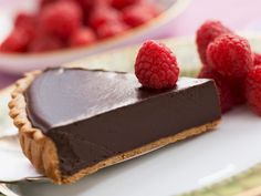 Do you you want something sweet, but you do not really want to deviate from your diet you just started it for the Holidays? We'll make you a hint of chocolate tart absolutely harmless for your figure, but super-tasty! Healthy Desserts, Raw Food Recipes, Cake Recipes, Romanian Desserts, Romanian Recipes, Salted Chocolate, Pie Dessert, Yummy Cookies, Something Sweet