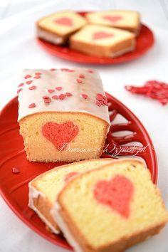 Piaskowa babka z sercem w środku. Chcąc upiec taką babkę należy przygotować dwa ciasta. Z pierwszego wycinamy foremką do ciastek...