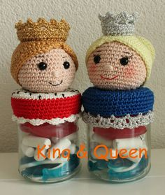 Free crochet pattern for king and queen jar covers (in Dutch) by Dekselse Potjes Crochet Birds, Crochet For Kids, Diy Crochet, Crochet Crafts, Crochet Dolls, Crochet Baby, Crochet Projects, Crochet Jar Covers, Crochet Christmas Trees
