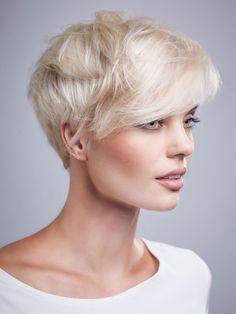 """Hier sehen wir den """"New Pixie"""": Der stylische Kurzhaarschnitt ist definitiv einer der Trendlooks der Saison und wird durch den strahlenden Glanz zum absoluten Hingucker. Testet euch: Soll ich meine Haare abschneiden?"""