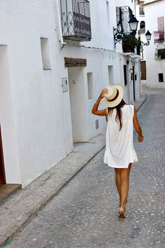 love the casual summer look! Style Outfits, Summer Outfits, Ibiza Outfits, White Outfits, Summer Clothes, Look Fashion, Fashion Beauty, Street Fashion, Fashion Models