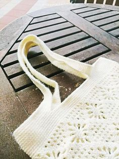 여름에는 가죽가방보다 에코백에 손이 갑니다. 한명의 뜨개인으로써 뜨개가방정도는 들어주어야 할 것 같아서 하나 만들었습니다. 요즘은 구멍이 뽕뽕 뚫린 네트백 형식의 뜨개가방이 유행인 모양입니다. 면사를.. Crochet Diagram, Knitted Bags, Wishbone Chair, Clothes Hanger, Knit Crochet, Diy And Crafts, Pouch, Sewing, Knitting