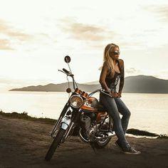 Lady Biker, Biker Girl, Motos Vintage, Chicks On Bikes, Cafe Racer Girl, Old Motorcycles, Hot Bikes, Biker Chick, Classic Bikes