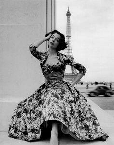 haute couture, Paris, 1953 clothing is the best Haute Couture Paris, Glamour Vintage, Vintage Beauty, Vintage Paris, Retro Mode, Vintage Mode, Vintage Style, Vintage Black, Fifties Fashion