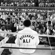"""""""Impossível é apenas uma grande palavra usada por gente fraca que prefere viver no mundo como está em vez de usar o poder que tem para mudá-lo. Impossível não é um fato é uma opinião. Impossível não é uma declaração é um desafio. Impossível é hipotético. Impossível é temporário."""" - Muhammad Ali Foto: Neil Leifer"""