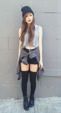 High waisted shorts and crop top with thigh high socks I love her style! Mode Outfits, Fall Outfits, Summer Outfits, Fashion Outfits, Hipster Outfits, Grunge Fashion, Trendy Fashion, Womens Fashion, Emo Fashion