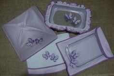 Feito em tricoline, c/ aplicações bordadas de borboletas lilas  combinando com o viés do acabamento. As asinhas das borboletas são soltas, um detalhe bonito.  Preços de cada item que compõe este kit :  porta assadeira R$ 30,00 protetor de pirex ou touca p/ pirex - R$ 25,00 pano de prato - R$ 18,00 cobre bolo tipo guarda chuva - R$ 40,00  Acompanha um aventalzinho p/ vidrinho de adoçante ou de tempero. O prazo de confecção será informado tão logo o orçamento seja solicitado.  Todos o kit's…