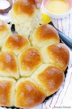 Foolproof 30 minute dinner rolls recipe Flour, yeast, butter and milk is all you need to create these soft and fluffy dinner rolls in less than 30 minutes! These foolproof dinner rolls are so easy to make you'll never go store-bought again! Fluffy Dinner Rolls, Quick Dinner Rolls, No Yeast Dinner Rolls, Dinner Rolls Recipe No Milk, Quick Yeast Rolls, Home Made Rolls Recipe, Fluffy Yeast Rolls Recipe, Sourdough Dinner Rolls, Dinner Bread