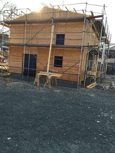 Das ist die neue Fassade, besser als das Blech, oder? Ich habe Lärchenholz genommen und das ganze zweimal mit Holzschutzcreme behandelt.