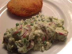 Cremet blomkålssalat af græsk youghurt og mayo. Med avocado, radiser og ærter.