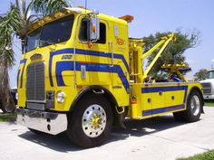 Little Big Wrecker. Used Trucks, Big Rig Trucks, Cool Trucks, Truck Flatbeds, Train Truck, Car Hauler Trailer, Freightliner Trucks, Cab Over, Heavy Truck