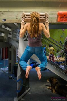 Whew! She must flick a lot of people off.... J/k that's some awesome finger strength. Climbing Girl, Sport Climbing, Rock Climbing, Parkour, American Ninja Warrior, Escalade, Mountain Climbing, Muscle Girls, Poses