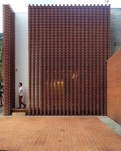 Completed in 2017 in Pinheiros, Brazil. Images by Denilson Machado – MCA Estúdio. Studio Guilherme Torres is a company of talents, composed by his founder and by his enfant terribles – the architects Rafael Miliari and Enrico Beer. Brick Architecture, Contemporary Architecture, Architecture Details, Interior Architecture, Brick Design, Facade Design, Exterior Design, Brick Facade, Facade House