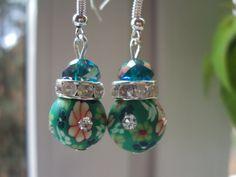 Sie sind einzigartig! Dieses Schmuckstück auch! Romantische Ohrringe - UNIKAT Aus Fimo Perlen in grün mit Blumen-Muster & Strasssteinen, so wie G...