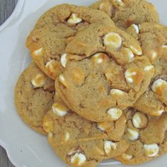 White chocolate pumpkin spice - I made these for a family party. Not the best pumpkin cookies ever. Just Desserts, Delicious Desserts, Dessert Recipes, Yummy Food, Fall Desserts, Lemond Curd, Yummy Treats, Sweet Treats, Dog Treats