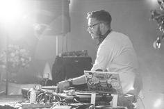 DJ ou banda? Já sabe qual a melhor opção pro seu casamento? Acesse nosso blog e veja dicas incríveis para te ajudar na hora de decidir! Na foto DJ Angelo Martorell @gordogroove www.hevelyngontijo.com.br/banda-ou-dj-qual-a-melhor-opcao-para-a-minha-festa-de-casamento #bandadecasamento #DJdecasamento #DJ #casamento #tonoiva #hevelyngontijo #imagebuzz #voucasar #musica #music #amor #fotografiadecasamento #fotografodecasamento #videodecasamento
