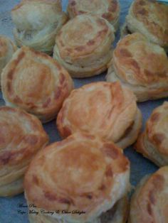 MINCE PIES Fills about 40 – 50 pies Ingredients: 1 tablespoon vegetable oil 1 large onion, finely chopped lean minced meat, washed and drained Salt and pepper to taste 3 cloves garlic, c… South African Dishes, South African Recipes, How To Cook Mince, Mincemeat Pie, Malay Food, Wonderful Recipe, What To Cook, Different Recipes