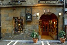 """Calle Comedias, #Pamplona :: Fachada de la tienda de """"Las tres ZZZ"""", fábrica y tienda de botas de vino en la calle   Comedias :: Más sobre la calle Comedias en http://www.callesdepamplona.es/casco-viejo/calle-comedias-pamplona.htm"""